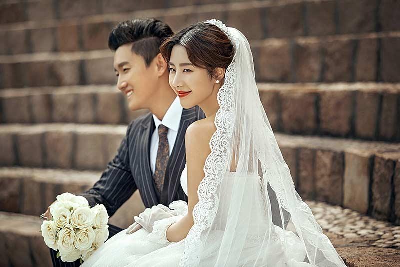 室室内婚纱照就是在室内拍摄婚纱照,是最传统的婚纱摄影形式,目前室内